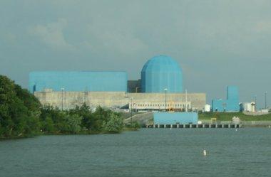 Clinton power station, near Clinton, Illinois. Photo by Dual Freq. CC BY-SA 3.0 unported. Wikimedia Commons.