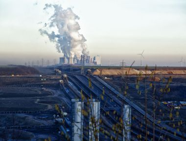 Coal plant with wind turbines in the background (Photo: Bert Kaufmann, from Roermond, Netherlands, Wikimedia Commons)