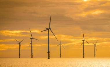 Offshore wind farm under construction off the coast  of Britain (ShutterstockNuttawut / Uttamaharad)