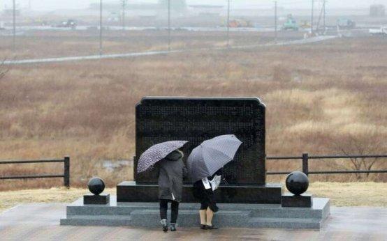 JP-couple-prays-fukushima